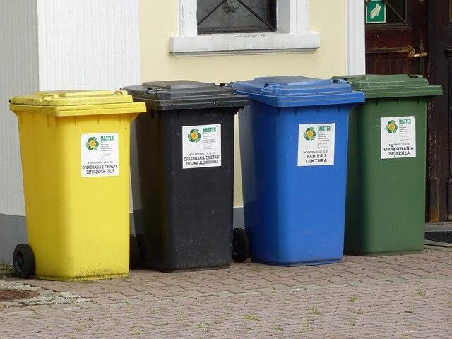 zdjęcie przedstawia kosze do segregacji