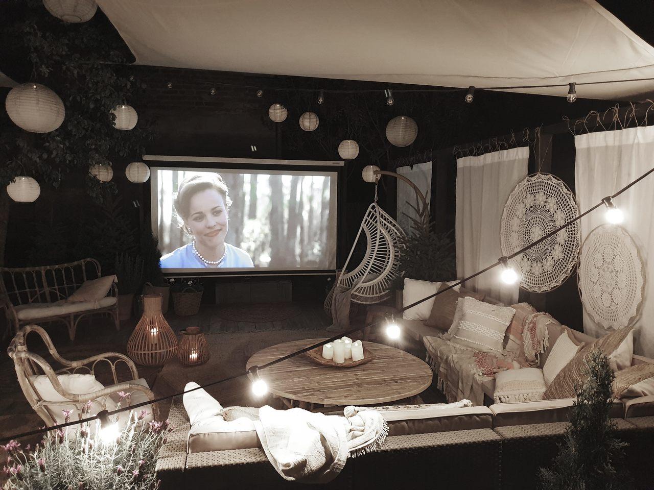 kino plenerowe na balkonie